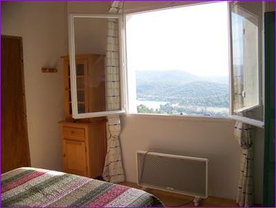 les chambres et la salle de bain la sauma gite sainte croix du verdon. Black Bedroom Furniture Sets. Home Design Ideas
